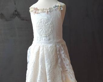 Linen girls dress. Rustic flower girl. Ivory and beige. Slow fashion wedding. Girl size 3 years. Girl size 4 years. Slow fashion dress.