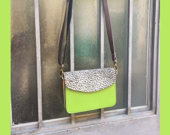Small cross body bag in genuine leather. Enveloppe bag with adjustable strap and flap. Boho bags. Multicolor bag, pistaccio green.