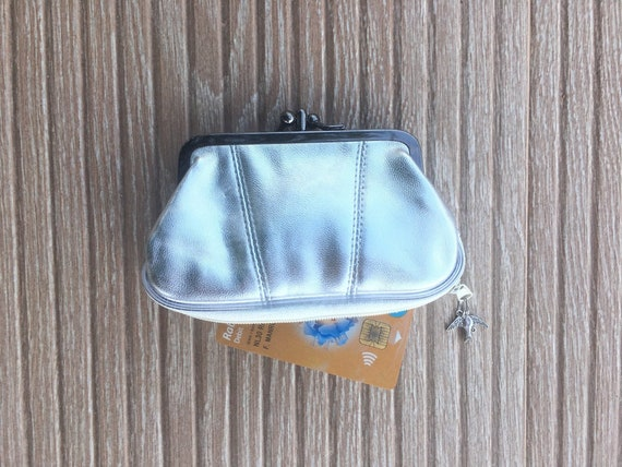 Kiss lock retro purse in silver genuine leather. Vintage style purse for coins, notes and a separate zipper for credit cards. Swallow charm