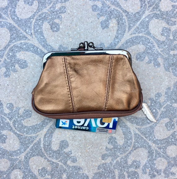 Kiss lock purse in metallic copper color. Romantic purses in metallic colors, retro style purse with zipper at the base.