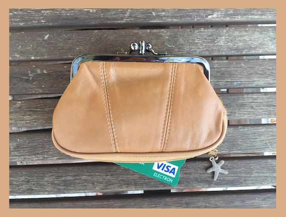 Genuine leather kiss lock  purse in camel beige. Light brown purse for coins, bills and separate zipper for cards. Leather wallet.