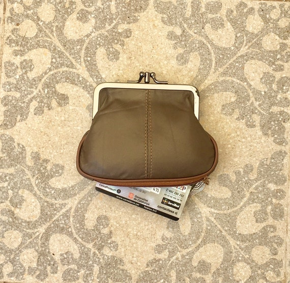 Green kiss lock  purse in genuine  leather.  Vintage style  grandma purse for coins, bills and separate zipper for credit cards. Metal frame