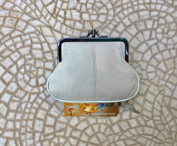 Kiss lock wallet in genuine leather. Creamy white grandma purse. Metal frame purse for coins and bills with  zipper pocket for credit cards