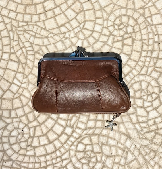 Genuine leather kiss lock purse in BROWN. Retro leather purse, clip purse in soft brown leather. Brown wallet with metallic clasp.