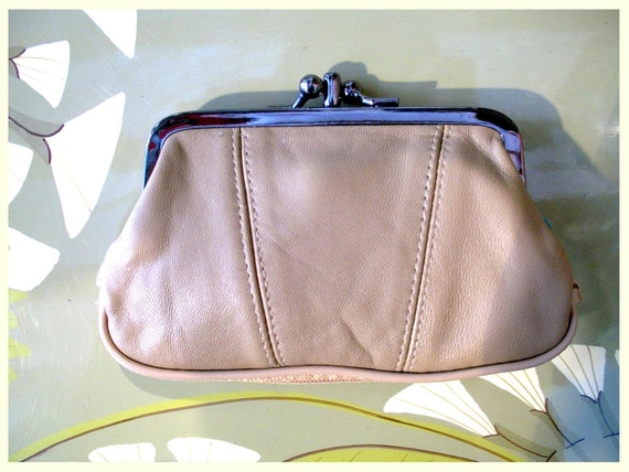 Retro purse in genuine leather. Camel color clasp purse. Clip purse in beige leather with extra zipper at the base