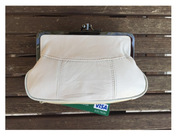 Genuine leather clip purse in creamy white. Coin purse in white leahter, retro inspired new leather purse. Clip clasp and separate zipper