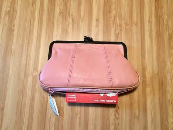 Kiss lock purse, retro pink purse, genuine leather purse in soft pink with separate zipper for cards. Pink leather clasp purse.