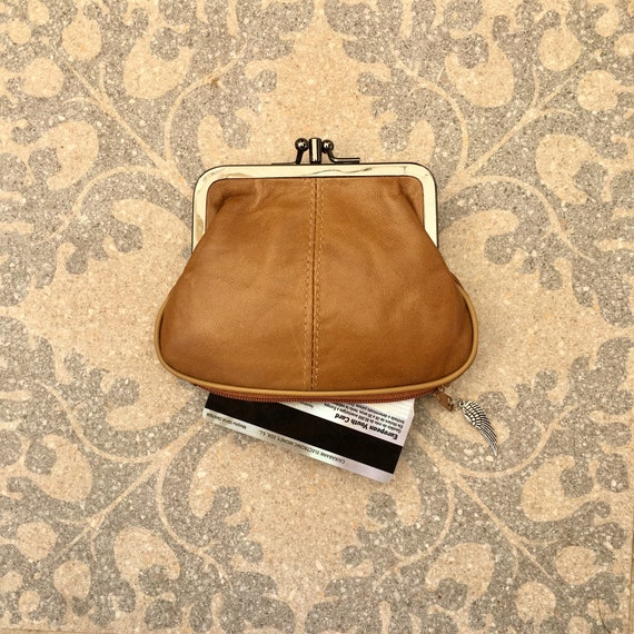 Kiss lock  purse in CAMEL BROWN, genuine leather. Small vintage style wallet for coins, bills and a separate zipper for cards. TAN purse