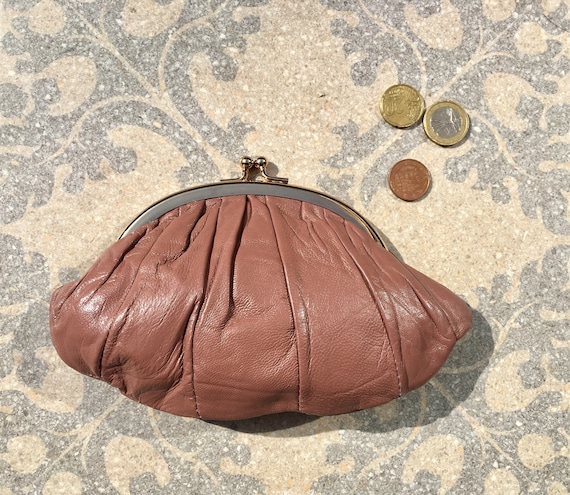 Kiss lock purse in  POWDER PINK. Genuine soft pink leather. Retro inspired wallet, grandma style purse. Metal frame coin purses