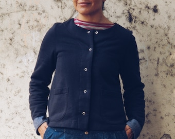 Organic cotton blend fleece short cardigan for woman with pockets. Metal snap buttons closure. Sustainable clothing.