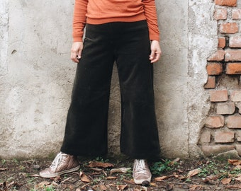 Wide leg corduroy women pants, fitted waist, side zipper closure. Made in Italy.
