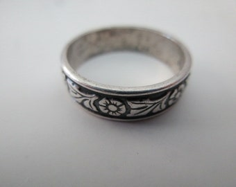 vintage sterling silver ring with flowers  -  size 8, band
