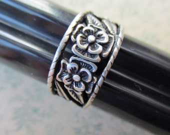 vintage silver ring with flowers  -  size 8, band