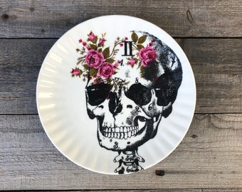 """Cake plate """"Skull"""", 20 cm, porcelain with floral décor in pink/pink with hand-printed skull motif, gift for Halloween"""