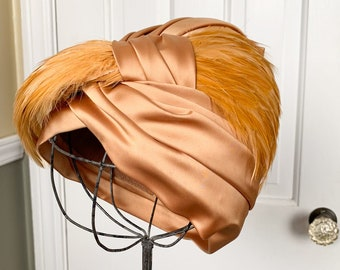 Vintage 1940s gold satin turban with feathers | cloche style hat with feather detail | Sonni California | Size S