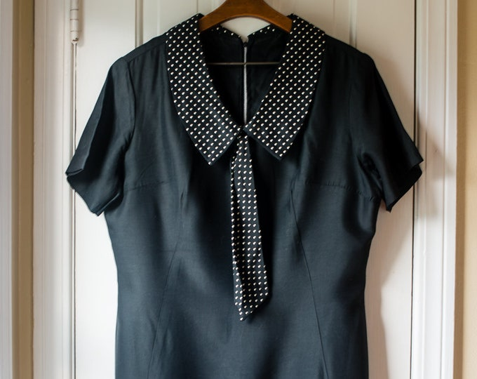 Vintage 1950s black cotton short sleeve secretary dress with polka dot collar and tie | Joan Holloway style | Size XL