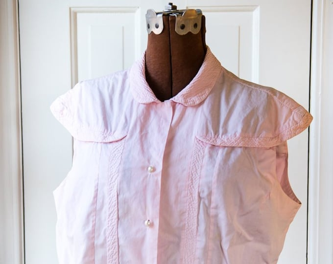 Vintage 1950s pink sleeveless cotton blouse with pearly buttons, quilted details and winged sleeve caps | Size L