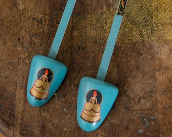 Vintage women's shoe trees blue with victorian lady in bustle dress motif decals | shoe inserts