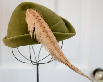 Vintage 50s green velvet pillbox hat with feather embellishment, fashion hat, Lessere Original, Made in France