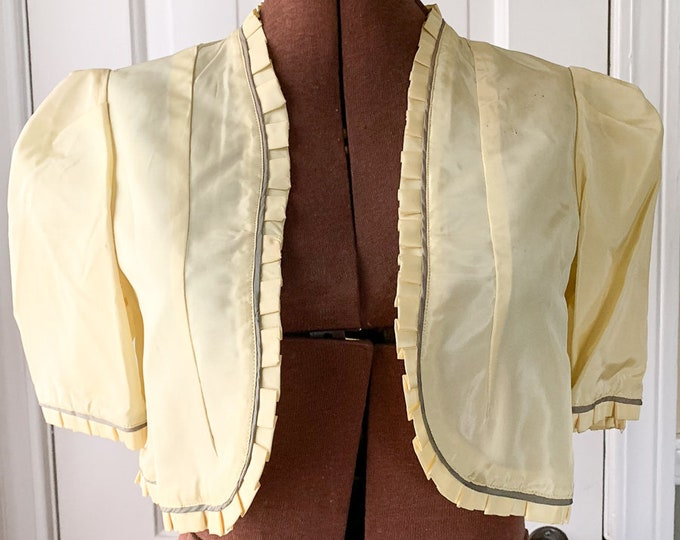 Vintage 1950s yellow taffeta short sleeve bolero style jacket or shrug with ruffles gray/green piping | Size S
