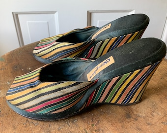 Vintage 1950s striped peep toe wedge mules or slides with decorative gold thread | Oomphies | Made in USA | size 5.5