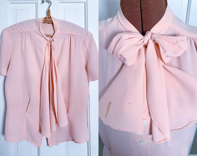 Vintage 1950s pink crepe secretary blouse with bow tie collar and pearly white buttons | NEEDS LOVE | Size L