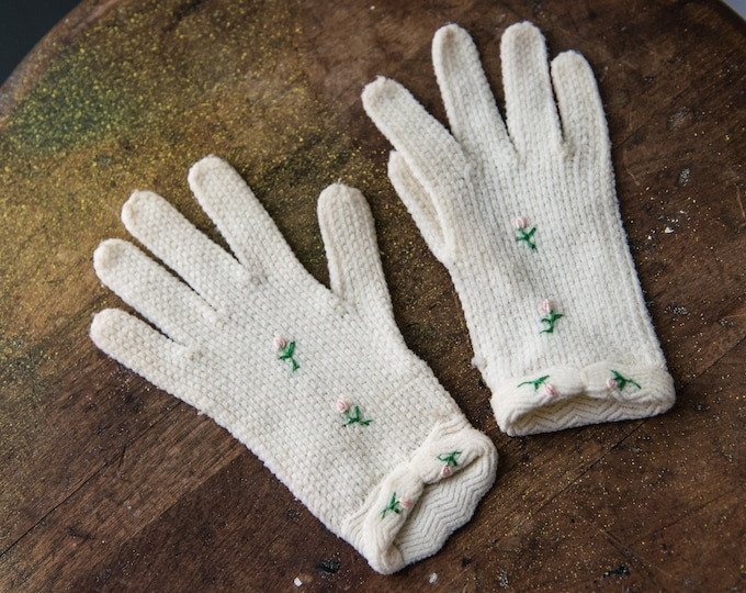 Vintage 1950s child's white knit gloves with pink rosebud embroidered details | first communion | children's size M