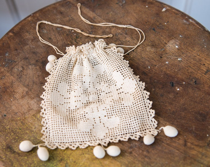 "Vintage drawstring wrist purse or bridal bag made with fine hand-crocheted needlework and delicate scalloped edges | 5.5"" x 6"""