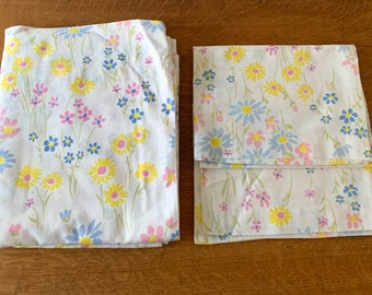 Vintage 1970s full size flat sheet & 2 pillow cases in blue, pink and yellow daisy pattern, cottage core