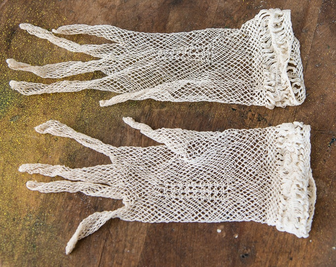 Vintage 1920s white crocheted gloves fancy, off white, woven netting with decorative cuff | size S