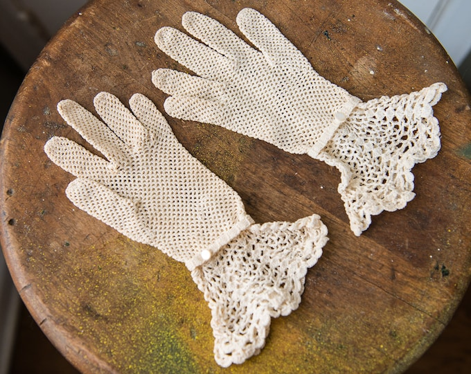 Vintage 1940s fancy off white hand crocheted gloves with ruffled cuff and button wrist detail | size S