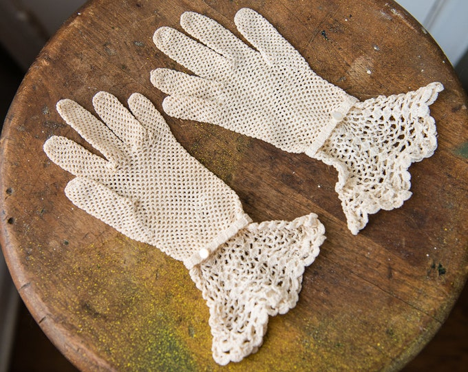 Vintage 1940s hand crocheted gloves with ruffled cuff and button wrist detail, size S