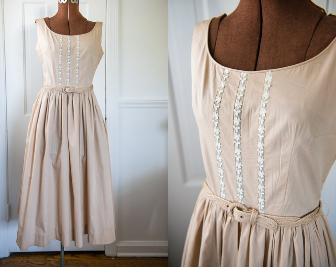Vintage 1950s beige cotton sleeveless dress with scoop neck and daisy trim, Size XS/S
