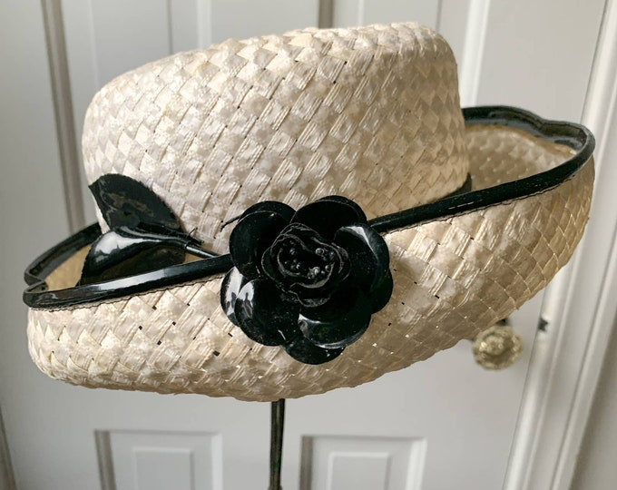 Vintage 60s Mr John Jr. white and black brimmed hat with black patent leather-look flower Sz S