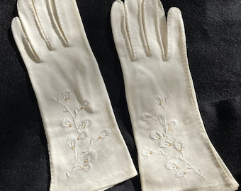Vintage 1950s short white gloves with embroidered floral detail, beaded, Size S
