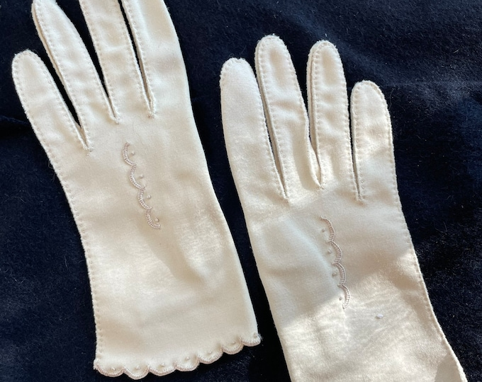 Vintage 1950s wrist-length beige gloves with embroidered scalloped detail, short day gloves, size XS
