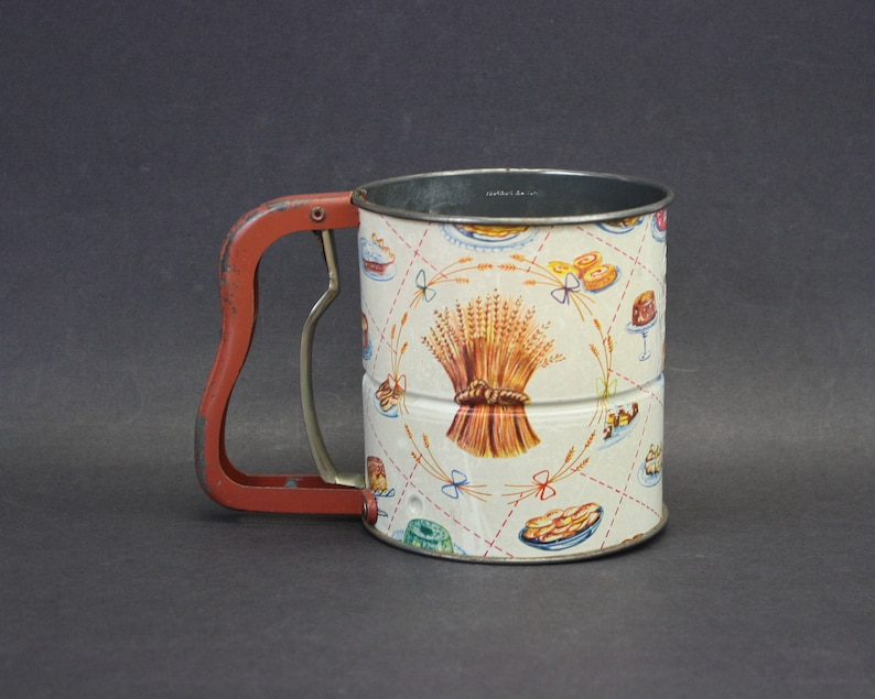 Vintage Androck Handisift Sifter with Kitchen Images /& Red Handle E9252