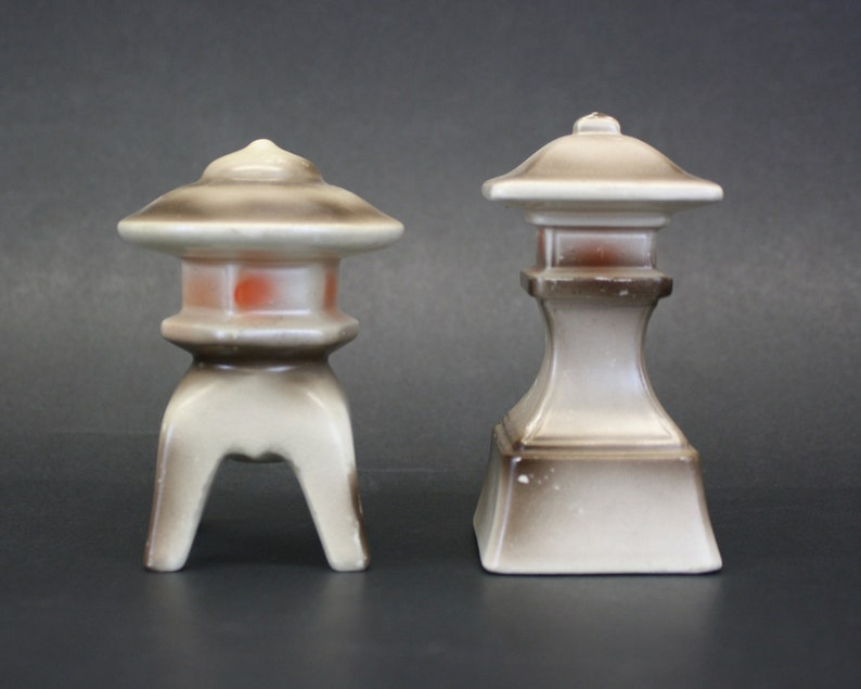 E382 Vintage Pagoda S/&P Shakers Brown and Soft Pink