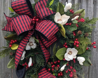 Christmas Wreath, Magnolia Elegant Wreath, Red and Black, Christmas wreath Magnolia, Red Berries, Christmas Elegant Decor