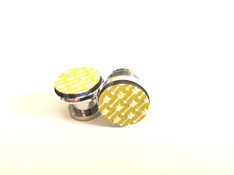 12 00g 0g 2g 6g 4g Arrow Plugs Golden Yellow Embossed Wood Pattern Gauges 12mm 10mm 8mm 6mm 5mm 4mm Wood TunnelsSurgical Steel Screw Back