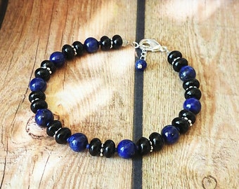 Bracelet femme bleu, noir Pierre de lapis-lazuli naturel et onyx noir 6 mm, mousqueton plaqué argent - Blue Lapis, Onyx bracelet