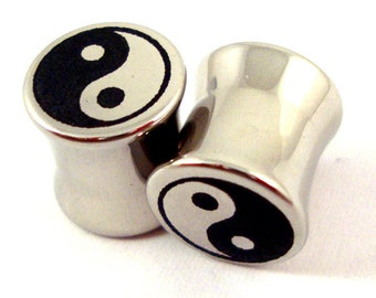 "Yin Yang symbol Double Flared Plugs - Surgical Steel - 2g 0g 00g 7/16"" (11 mm) 1/2"" (13mm) 9/16"" (14mm) 5/8"" (16mm) - Metal Gauges"