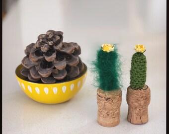 Les mini cactus au crochet planté dans un bouchon de champagne. Crémaillère, cadeau d'anniversaire. Amiguarmi. Maison, bureau, décoration de chambre d'enfant. Aimant de réfrigérateur