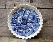 La tourtière d'Annette - white and blue - circle design - Pie plate