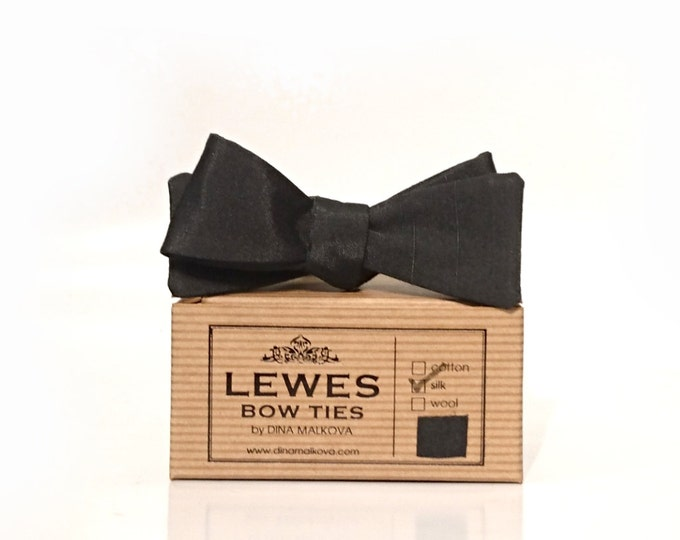 Narrow skinny self-tie classic 50s style vintage  textured silk bow tie