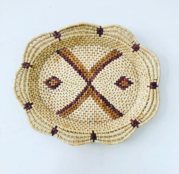 Vintage Beige Natural Raffia Coiled Basket Brown Geometric Woven Oval Straw Tray with Scalloped Edge Wall Hanging Basket Boho Decor