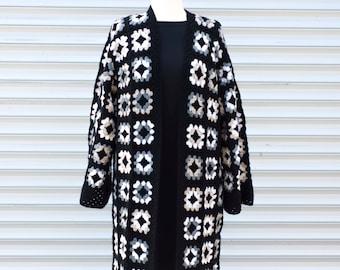 Grand-mère mélangée laine carrés au crochet gilet festival cardigan, gilet  boho, noir beige blanc cassé et gris 06fce82c7bc