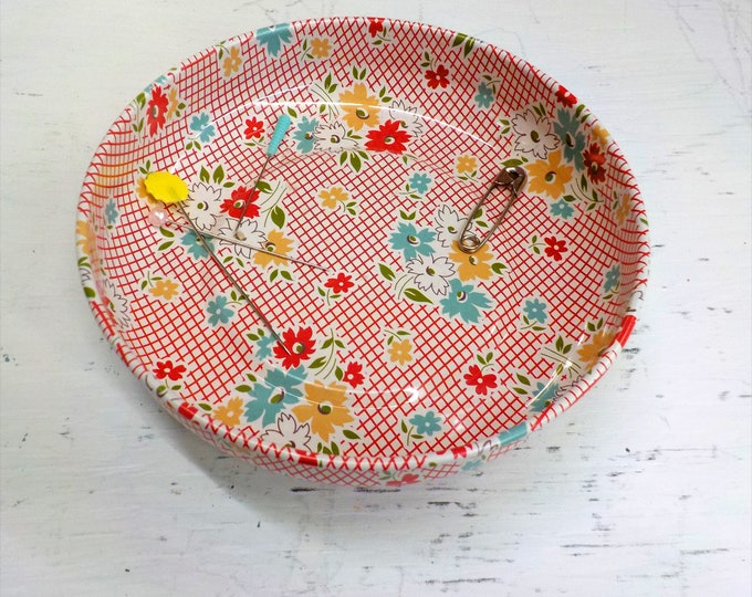 Magnetic Pin bowl by Pleasant Home and Lori Holt of Bee in my Bonnet...4 inch diameter...floral
