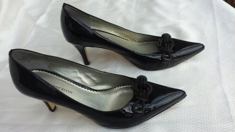 bc4b32762107b Black patent leather sexy high heel pumps Anne Klein retro classic 1950's  vibe curvy heel pointy toe pin-up costume glamour fashion size 8