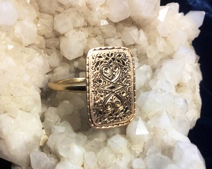 Victorian floral patterned signet style ring, lovely etching, sold 14k yellow gold